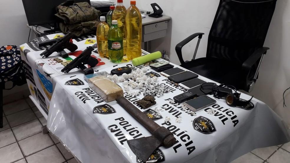 Materiais apreendidos durante operação que deixou cinco suspeitos mortos na manhã desta quarta-feira (10) região metropolitana de Natal — Foto: Klênyo Galvão/Inter TV Cabugi