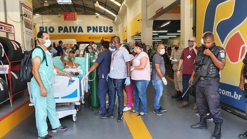 Pacientes retirados do Hospital Federal de Bonsucesso foram levados para borracharia  — Foto: Reprodução/TV Globo