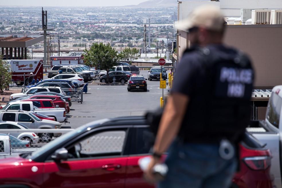 Forças de segurança respondem aos tiros no shopping Cielo Vista, em El Paso, no Texas, neste sábado (3). — Foto: Joel Angel Juarez / AFP