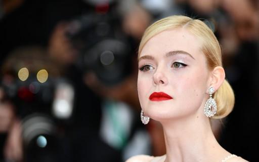 097394aa3 5 lições de estilo que aprendemos com Elle Fanning no tapete vermelho do  Festival de Cinema de Cannes - Vogue | moda