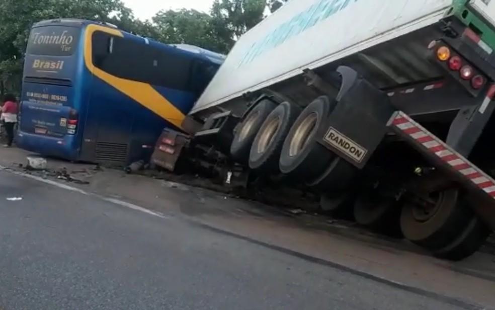 Acidente entre ônibus e caminhão deixa feridos na BR-153, em Goiás  — Foto: Divulgação/Polícia Rodoviária Federal