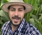 Caio Afiune posa no seu milharal  | Reprodução