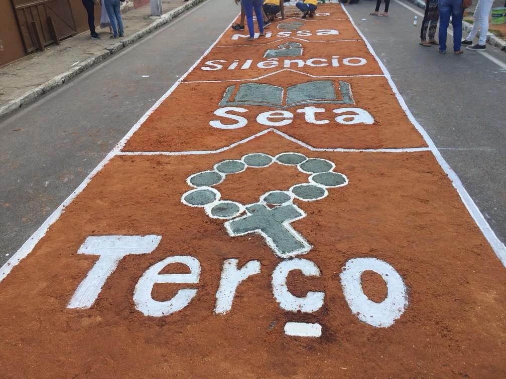 Tapetes colorem o centro de Maceió (AL) para celebrar o Corpus Christi (Foto: George Arroxelas/G1)