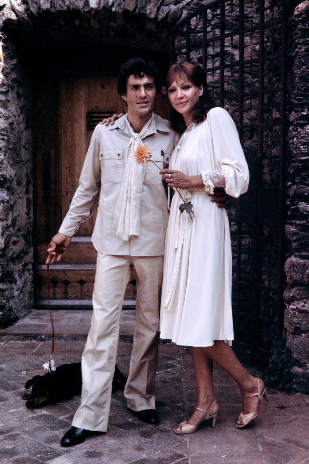 Anna Karina (R) e o ator francês Daniel Duval posam durante o casamento em La Garde-Freinet, sudeste da França, em 1º de julho de 1978 — Foto: AFP