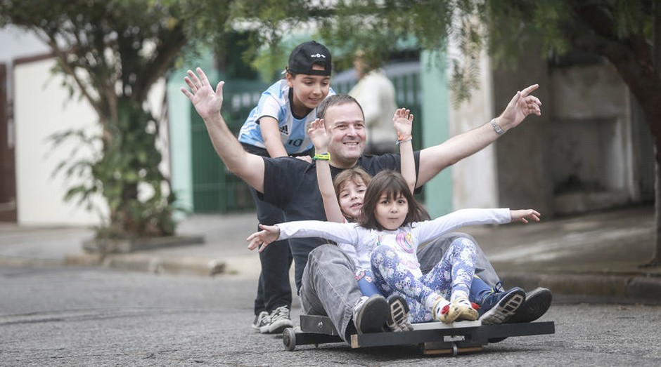 Franze e os filhos abraçaram brincadeira com rolimã  (Foto: Estadão Conteúdo)
