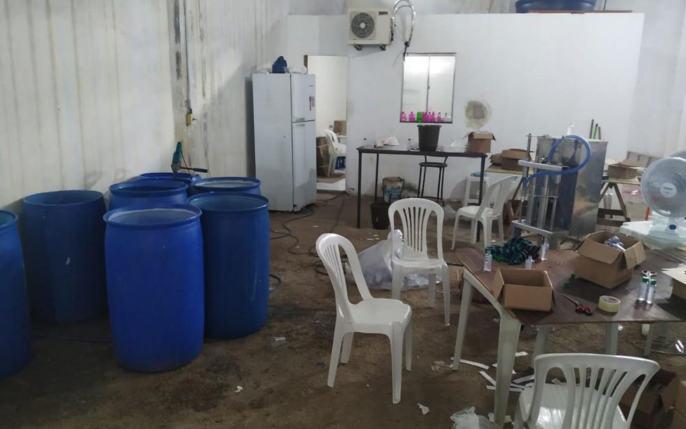 Galpão onde funcionava fábrica clandestina de álcool em gel na cidade de Cruz das Almas  — Foto: Divulgação/SSP-BA