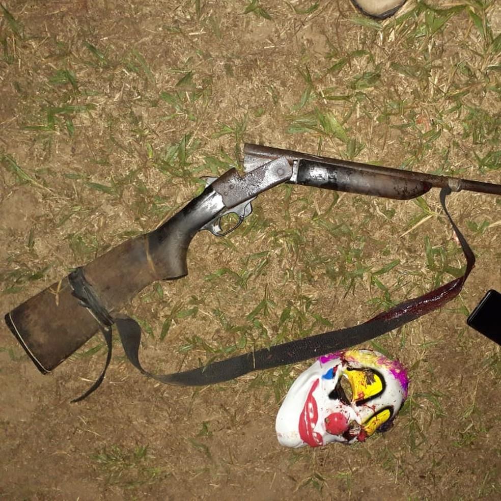 Suspeito foi encontrado com espingarda da família, celulares, o revólver usado no assalto e uma máscara de palhaço  — Foto: Alexandre Lima/Arquivo pessoal