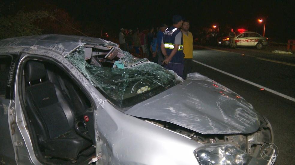 Carro capotou com quatro pessoas nas imediações do km 26 (Foto: Reprodução/TV Cabo Branco)