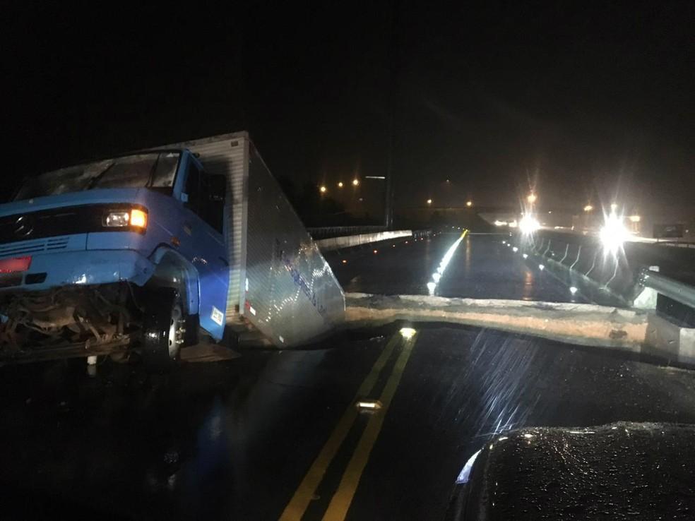 Em Sangão, caminhão caiu após ponte ceder na BR-101 — Foto: PRF/Divulgação