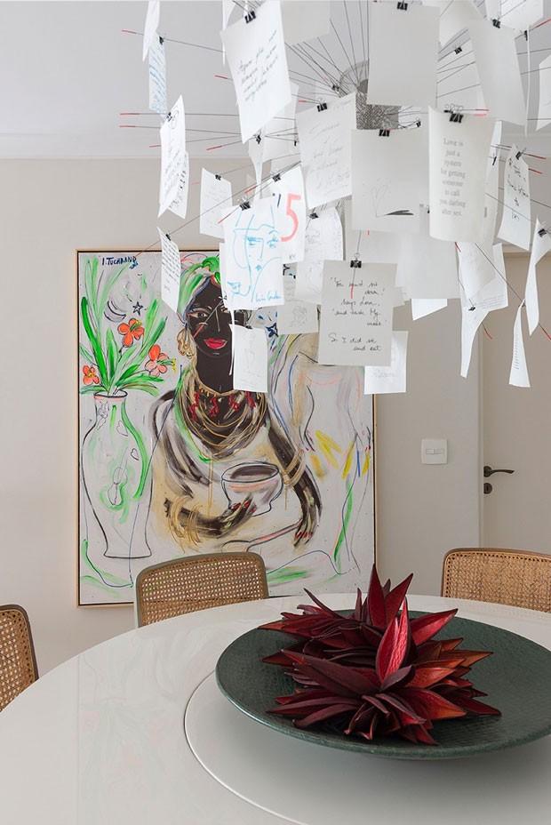 "Tela ""Baba de Moça"" de Isabelle Tuchband. Centro de mesa do Emporio Beraldin. Arranjo de sementes de Ylana Coelho. (Foto: Manu Oristanio)"