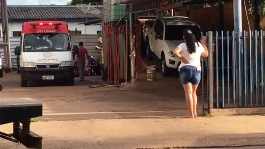 Caminhonete cai em cima de lavador de carros ao ser manobrada em rampa de lava a jato em MT