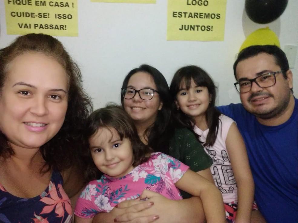 Festa com tema de quarentena teve a presença apenas dos moradores da casa em Santa Cruz do Rio Pardo — Foto: Bruna Maia/Arquivo pessoal