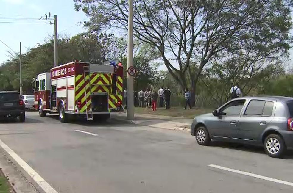 Bombeiro resgata corpo de homem encontrado em córrego em São José (Foto: Edgar Rocha/ Rede Vanguarda)