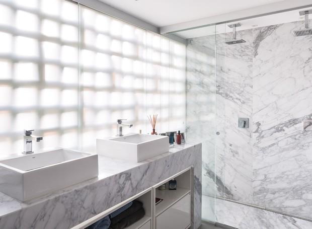 BANHEIRO | A substituição da parede de vedação por esquadrias de vidro trouxe luz natural em abundância para o banheiro da suíte (Foto: Joana França/Divulgação)