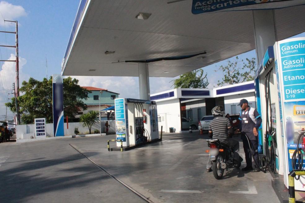 Com o litro da gasolina em R$ 4,99, condutores tem optado pelo etanol, apontam os frentistas em Manaus — Foto: Ive Rylo/ G1 AM