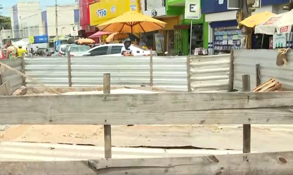 Moradores fazem 'aniversário' de buraco e ironizam obra de esgoto inacabada há 3 anos em Salvador — Foto: Reprodução/TV Bahia