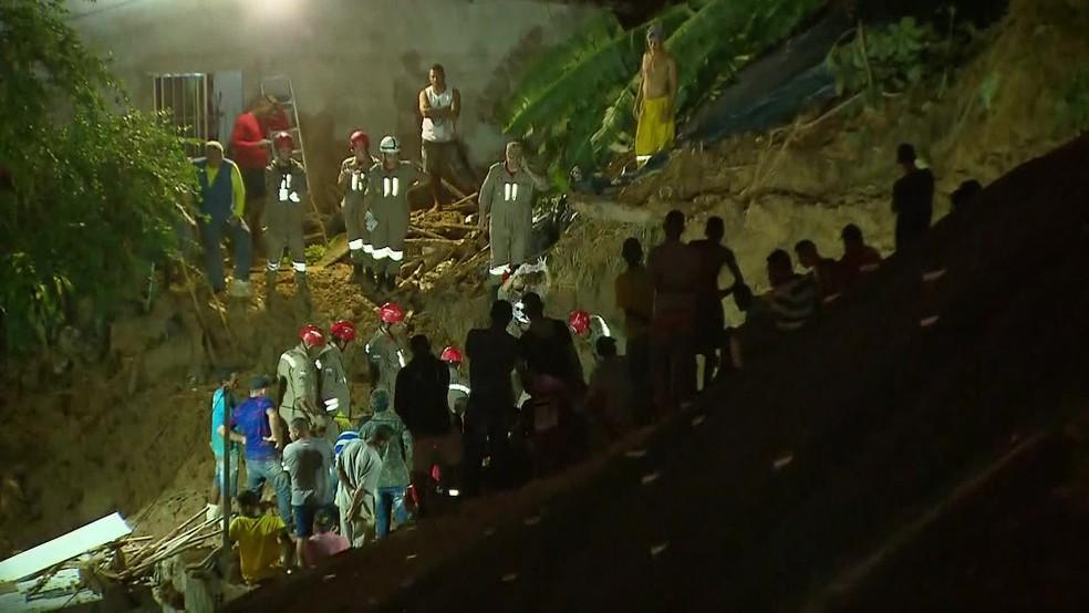 Corpos de dois irmãos que estavam soterrados em Camaragibe foram encontrados pelos bombeiros — Foto: Reprodução/TV Globo