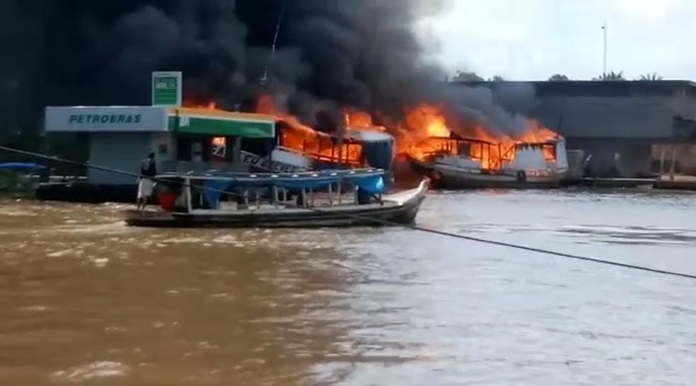 Barco explode no Rio Amazonas e fogo atinge outras embarcações — Foto: Reprodução