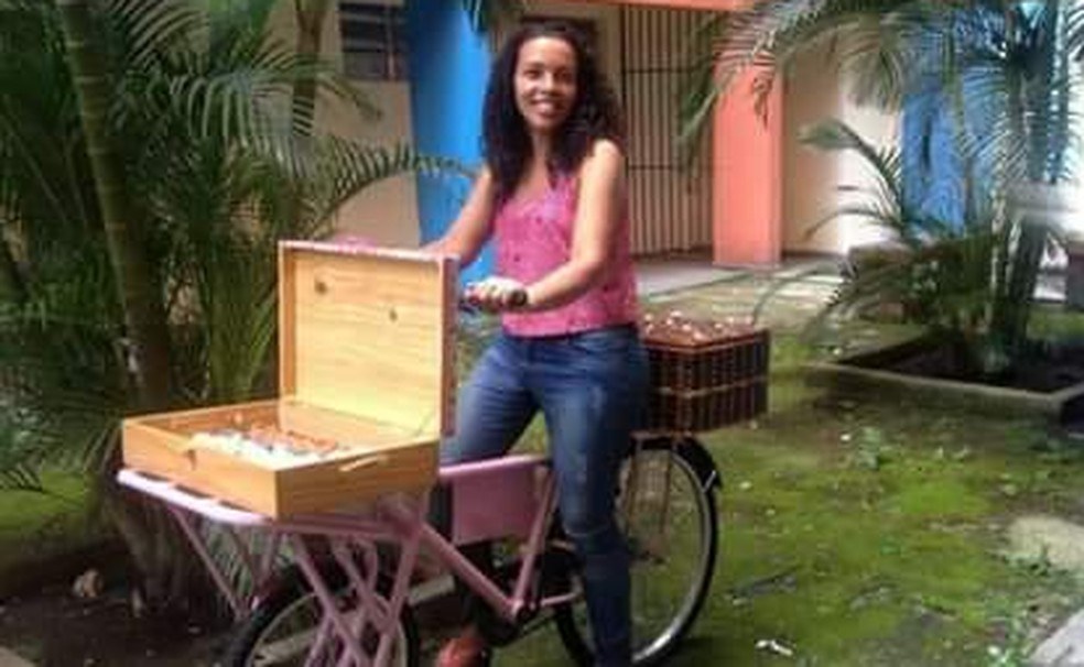 Confeiteira começou a usar bicicleta para vender doces em 2015 — Foto: Arquivo Pessoal