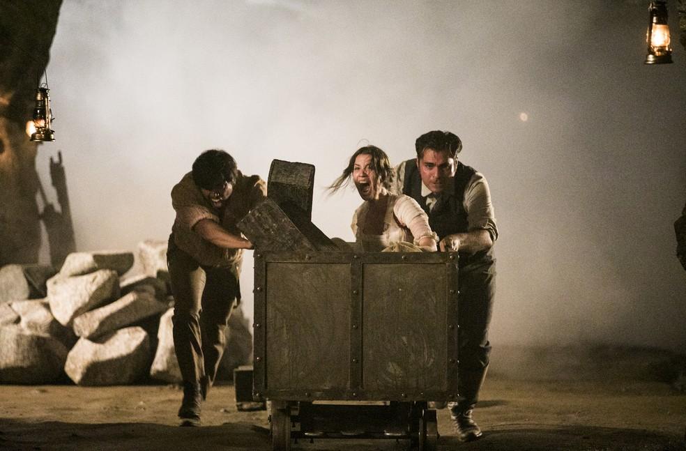 Os dois conseguem colocar Elisabeta no carrinho e empurrar a jovem para fora da mina. Porém, não conseguem sair  (Foto: João Miguel Júnior/TV Globo)