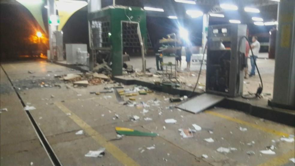 Partes de posto de gasolina explodidas no chão (Foto: Reprodução)