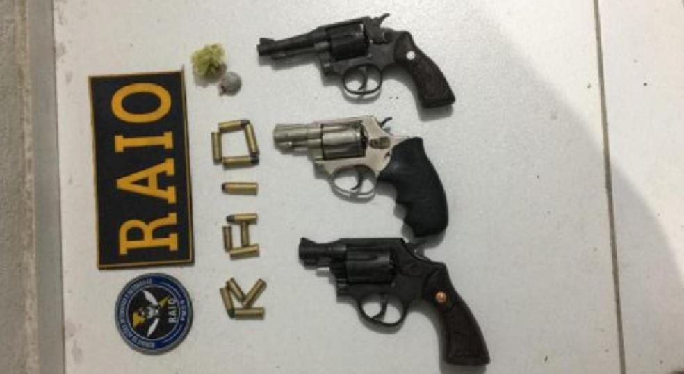 A polícia apreendeu com os suspeitos três revólveres. (Foto: Polícia Militar)
