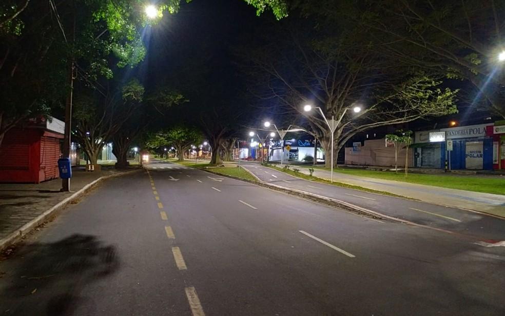 Rua na Avenida Olívia Flores, em Vitória da Conquista, totalmente isolada na noite desta sexta-feira (19), toque de recolher — Foto: David Fortunato/TV Sudoeste
