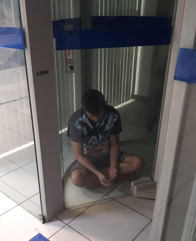 Homem fica preso em porta giratória de banco ao tentar furtar agência em Fortaleza  — Foto: Divulgação/PM