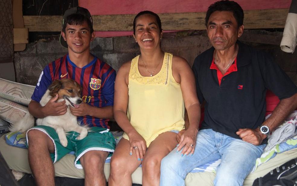 Carlos e Odilene torcem para que o filho de 18 anos tenha um futuro diferente do deles e tenha sucesso profissional  (Foto: Felix Lima/BBC Brasil)
