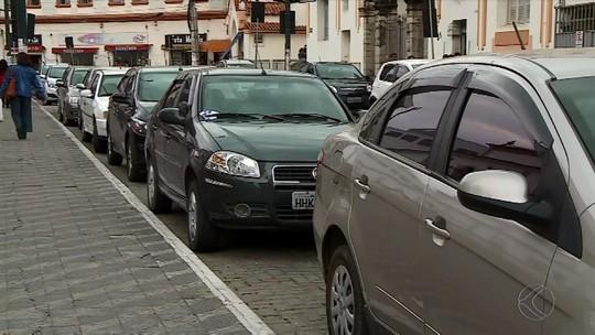 Motoristas de Barbacena enfrentam dificuldades para encontrar vagas de estacionamento