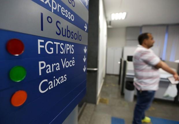 Agências da Caixa abrem mais cedo para tirar dúvidas e fazer saques das contas inativas do FGTS (Foto: Marcelo Camargo/Agência Brasil)