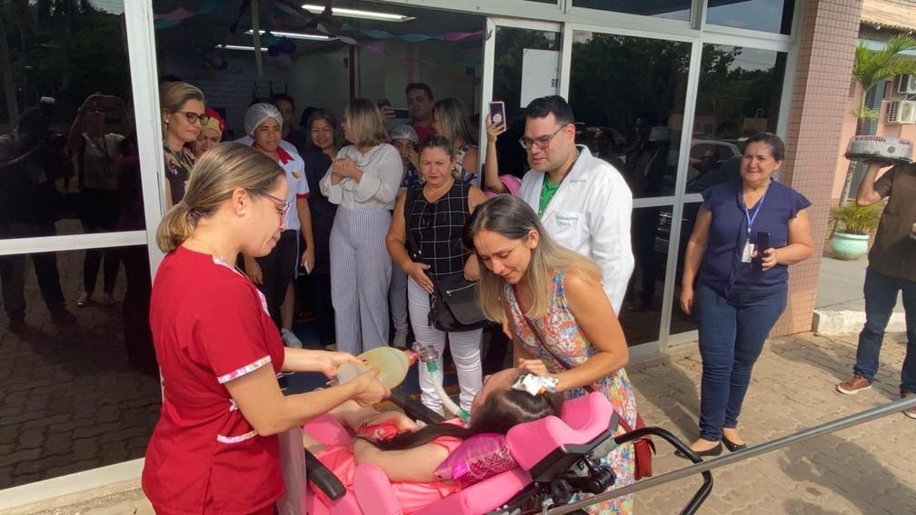 Equipe médica acompanhou Letícia até a saída da unidade hospitalar na Zona Oeste de Manaus — Foto: Carolina Diniz