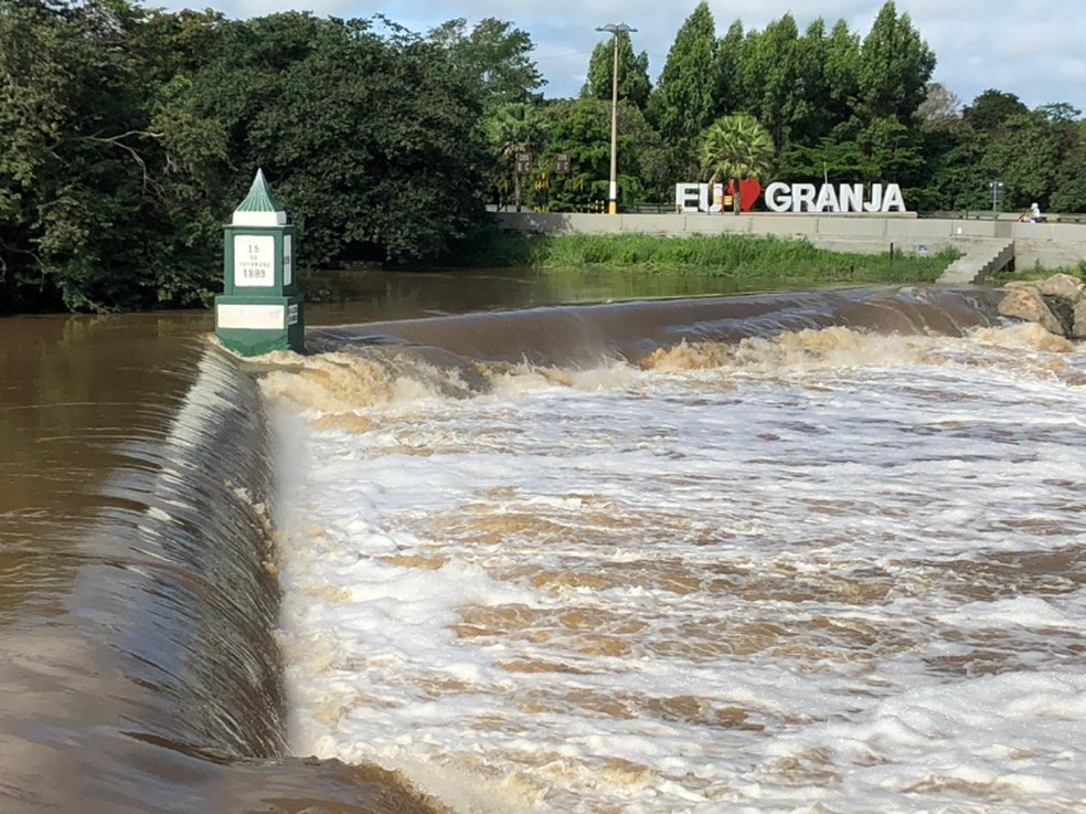 Açude de distrito de Granja sangra com as últimas chuvas que atingiram a região.  — Foto: Mateus Ferreira/Sistema Verdes Mares
