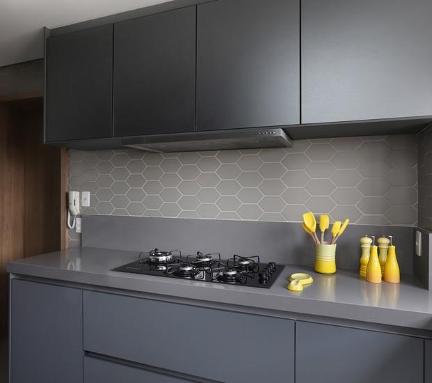 Monocromático   O cinza também está nos armários da cozinha e nos azulejos em forma de colmeia  (Foto: Mariana Orsi/ Divulgação)