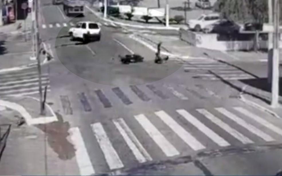 Carro fura sinal, é atingido por moto e bate em mais 4 veículos em Catalão Goiás — Foto: Reprodução/TV Anhanguera