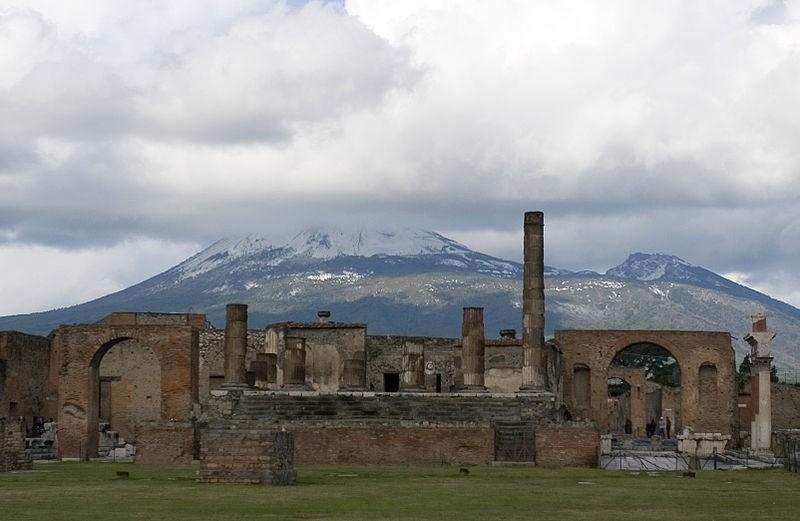 Ruínas de Pompeia e o Monte Vesúvio atrás (Foto: Sergey Ashmarin/Wikimedia Commons)