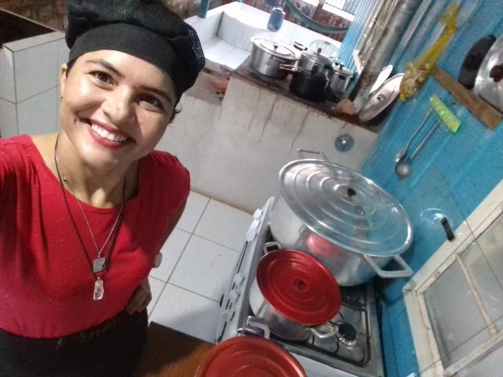 Cozinheira disse que trabalha fazendo e vendendo marmitas há nove meses.  — Foto: Reprodução/Arquivo pessoal