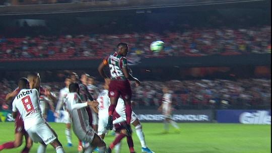 Gol do Fluminense! Digão sobe mais que a defesa do São Paulo e abre o placar, aos 36' do 1ºT