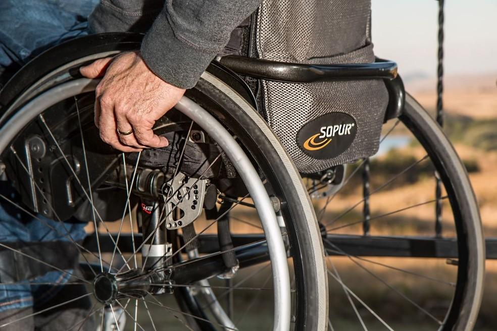 Pessoa sentada em cadeira de rodas, em imagem de arquivo — Foto: Prefeitura de Jundiaí/Divulgação