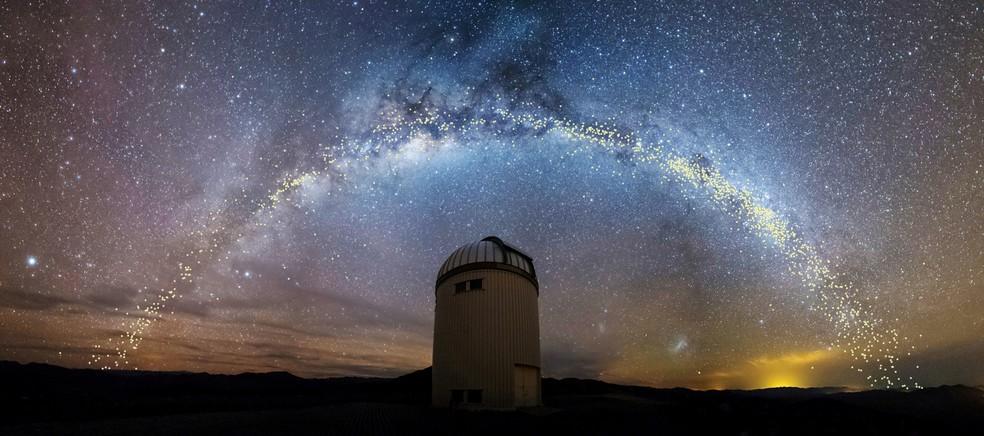 A Via Láctea é vista sobre o Telescópio Universitário de Varsóvia, no Observatório Las Campanas, no Chile — Foto: Jan Skowron/University of Warsaw/Divulgação via Reuters
