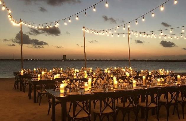 Na areia, são montadas mesas para jantar (Foto: Reprodução/Instagram)