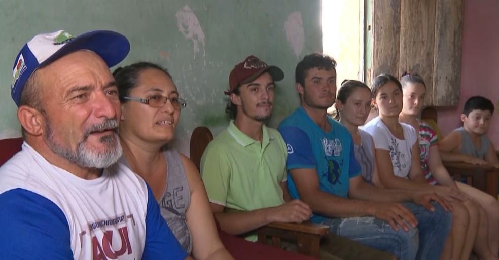 Seu Vicente, a esposa e os filhos, no sítio Pascácio, Zona Rural de Gurjão, no Cariri do Paraíba — Foto: Reprodução/TV Paraíba