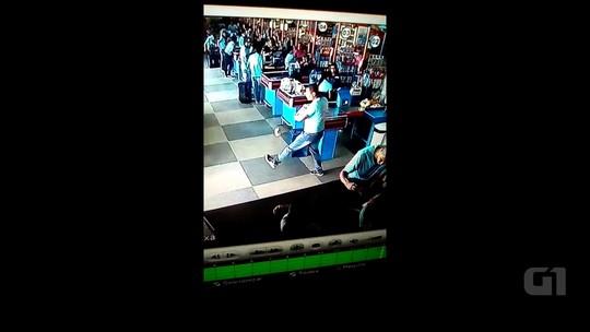 Entregador faz sucesso na internet ao improvisar embaixadinha em supermercado de Goiás; veja vídeo