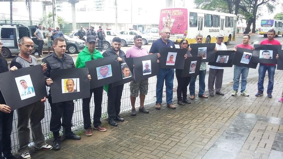 Agentes empunharam cartazes com as fotos dos 15 PMs mortos este ano no RN (Foto: Sérgio Henrique Santos/Inter TV Cabugi)