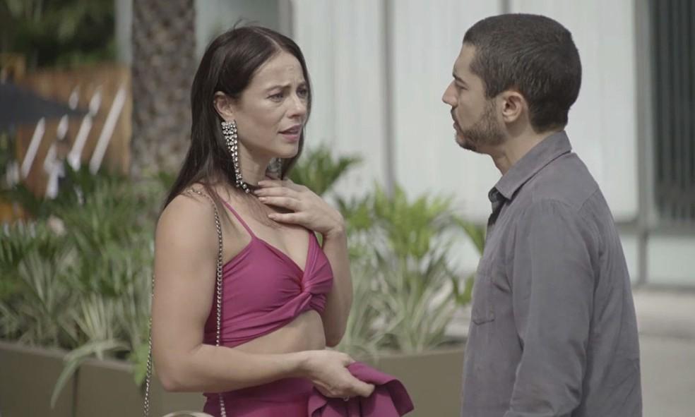 Em 'A Dona do Pedaço', Camilo (Lee Taylor) surpreende a noiva na porta da cafeteria — Foto: Globo