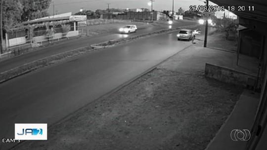 Vídeo mostra jovem sendo arremessado após ser atropelado ao andar em rua de Águas Lindas de Goiás