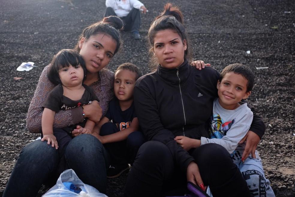 Irmãs Victoria e Gênesis Garizabalo estão retidas na fronteira; elas entrariam pela primeira vez no Brasil na segunda (6) (Foto: Inaê Brandão/G1 RR)