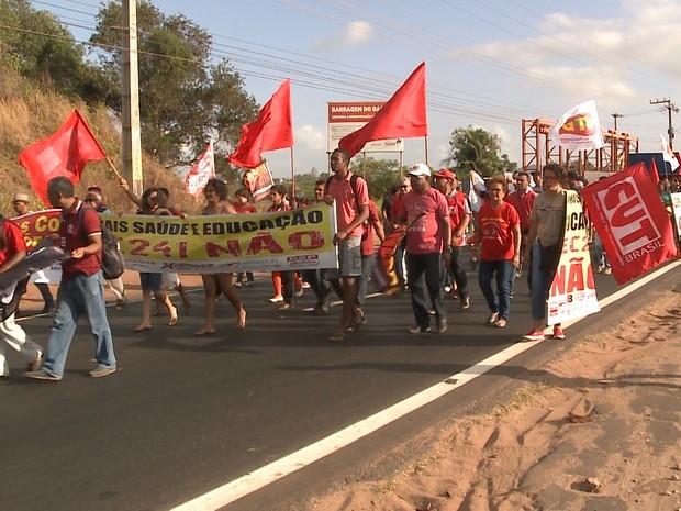Menifestantes chegaram a bloquear avenida de grande movimentação na capital (Foto: Reprodução/TV Mirante)