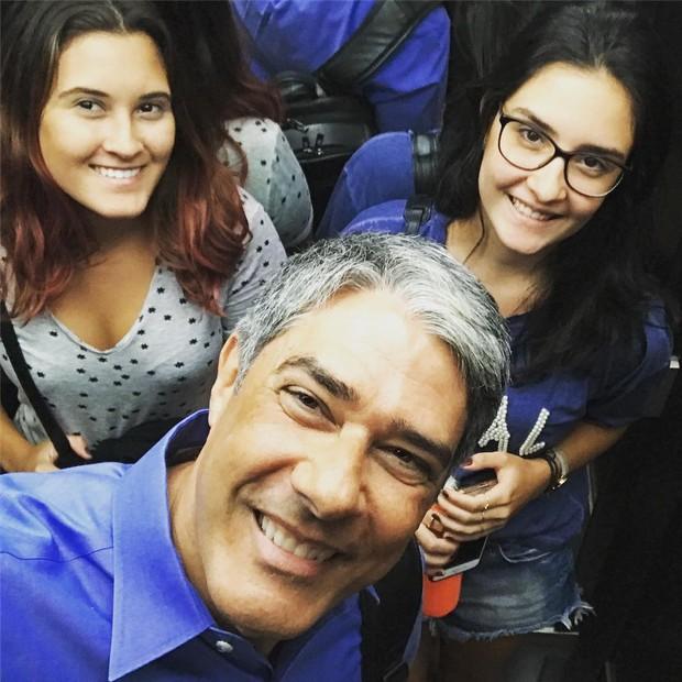 William Bonner posa sorridente com as filhas (Foto: Reprodução/Instagram)