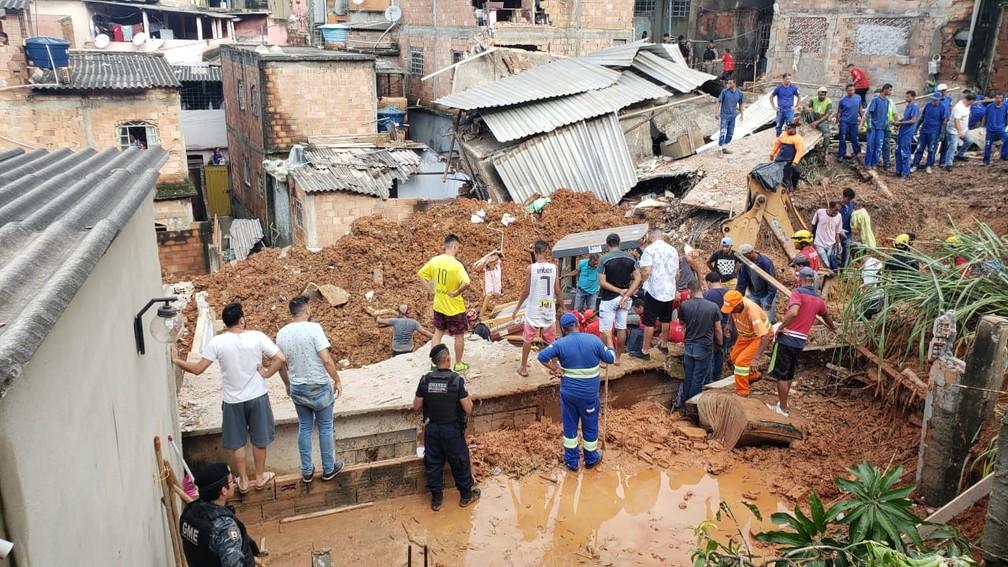 Corpo de adolescente é resgatado no bairro Jardim Teresópolis, em Betim  — Foto: Danilo Girundi/TV Globo
